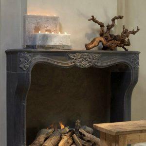 Belle cheminee de marbre noir schouw